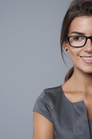 Polovina tváří v tvář podnikatelka při pohledu na něco Reklamní fotografie