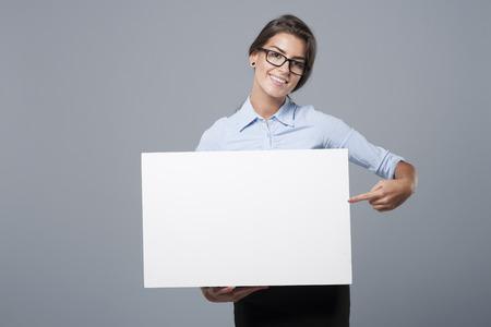 Ella está mostrando en la pizarra Foto de archivo - 45520293