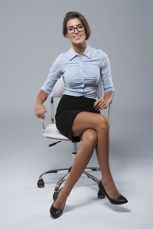 椅子に座って若い実業家