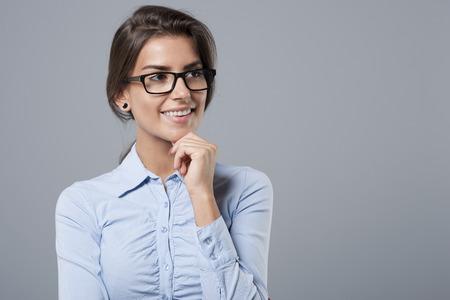 mujer alegre: Retrato de mujer pensativa, pero alegre