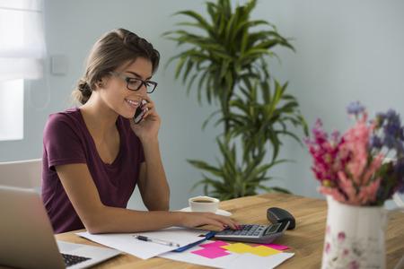 Busy účetní práce doma Reklamní fotografie