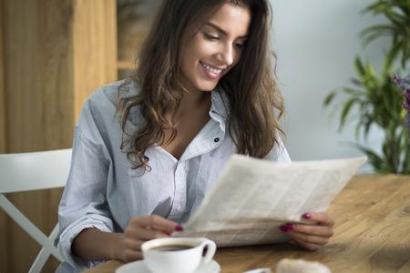 おはよう新聞を読んでを始まる 写真素材
