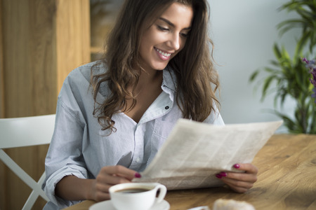 Buenos días comienza con la lectura de periódicos Foto de archivo - 45524039