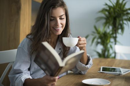 mujer leyendo libro: Buen libro y una taza de caf� en la ma�ana