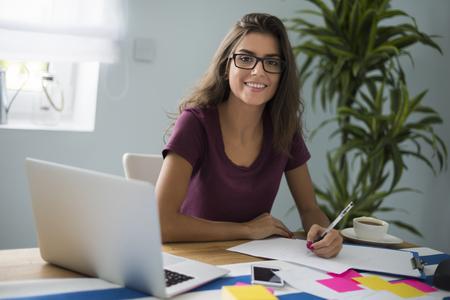 persona escribiendo: mujer trabajadora no parece cansado