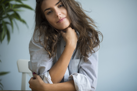 mujer pensativa: Retrato de una mujer joven muy atractiva Foto de archivo