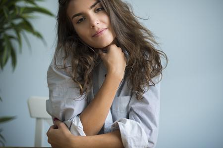 capelli lunghi: Ritratto di giovane donna molto attraente