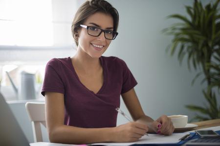Plichtsgetrouwe vrouw bij haar huis kantoor