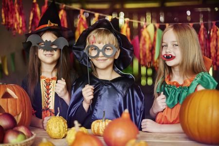 Disfrazarse es el juego favorito de los niños Foto de archivo - 46450969
