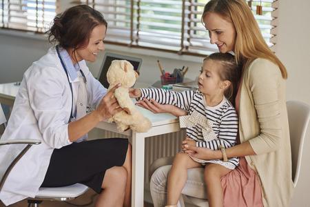 padres hablando con hijos: Este es un regalo para su valentía