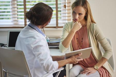 심각한 여성이 의사를 방문하는 동안