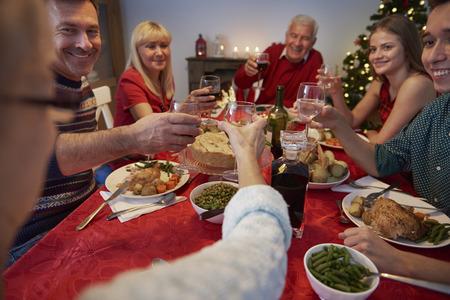 comida de navidad: Celebrando la víspera de Navidad con la familia Foto de archivo