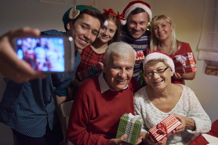 familia cenando: Vamos a tomar una foto juntos