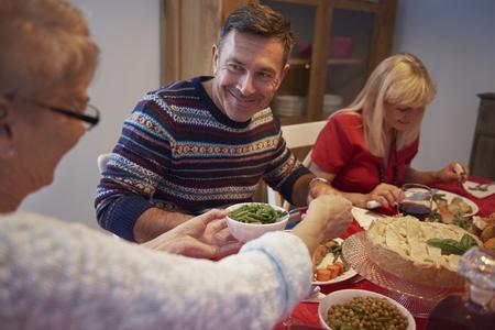 hombre comiendo: Esta es una gran noche con mi familia