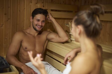 sauna nackt: Junge Paar verbringen Zeit in der Sauna Lizenzfreie Bilder