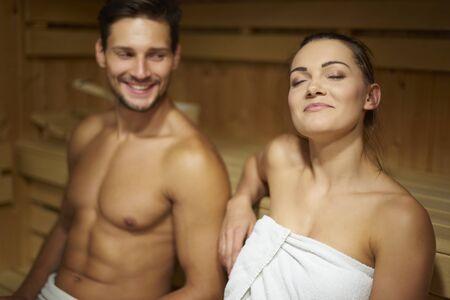 sauna nackt: Es ist eine gute M�glichkeit der Entspannung Lizenzfreie Bilder