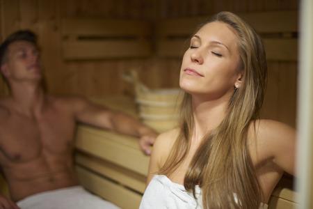sauna nackt: Mann und Frau in der Sauna Innen Lizenzfreie Bilder