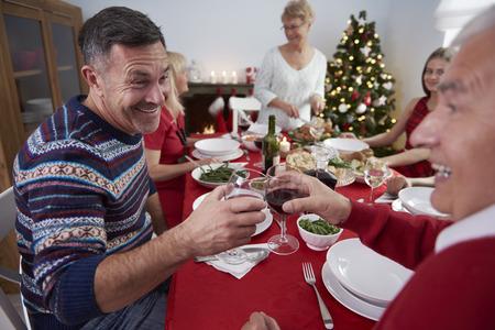 comida de navidad: Toda la familia se reunieron en la mesa Foto de archivo