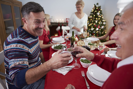 tabulka: Všechny rodina shromáždila u stolu Reklamní fotografie