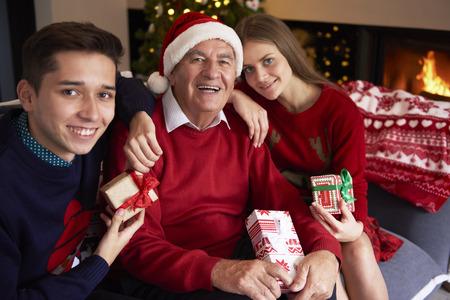 hombre con sombrero: Abuelo con sus queridos nietos