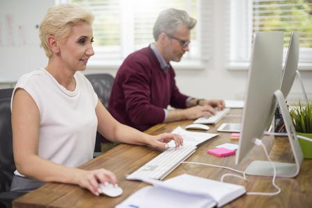 ejecutivo en oficina: compa�eros de trabajo ocupados frente al computador