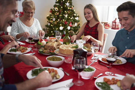 cena navideña: Toda la familia alrededor de la víspera de Navidad Foto de archivo