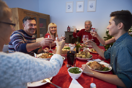 comida de navidad: Familia que hace un brindis por un año feliz