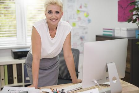 机の後ろに笑顔の女性