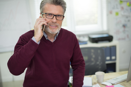 personas trabajando en oficina: Retrato de hombre hablando por teléfono