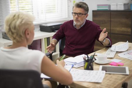 enojo: Los problemas en la comunicación entre jefe y secretaria