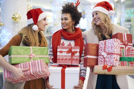 cajas navide�as: Las ni�as est�n listas para la Navidad