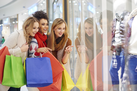 chicas de compras: Las niñas miran la visualización de gran tienda