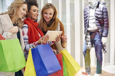 chicas de compras: La comparación entre la tienda en línea y exhibición de la tienda