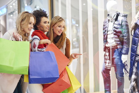 chicas de compras: Los buenos amigos durante la ventana de compras Foto de archivo