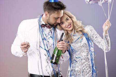 parejas enamoradas: Pares alegres en la víspera del Año Nuevo