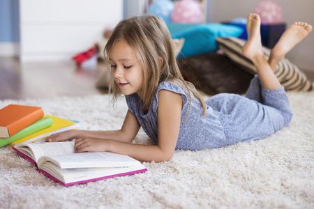 La lectura es su gran pasión Foto de archivo - 51086020