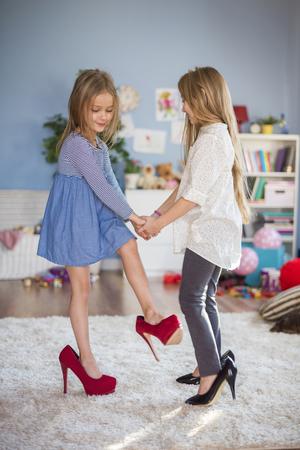 ni�as jugando: Bailando como si fueran adultos