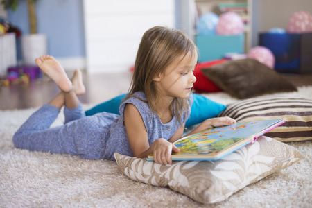 The best position to read a book Standard-Bild