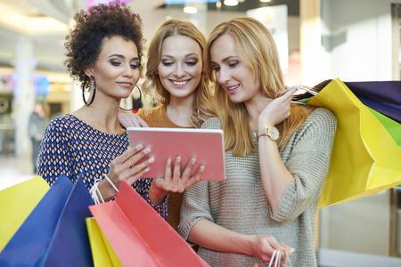 centro comercial: Buscando nueva tienda en el centro comercial Foto de archivo