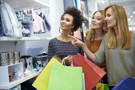 Tres niñas en la tienda