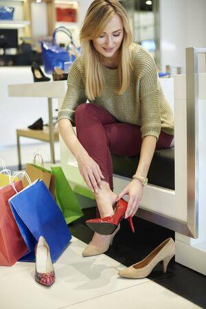 tacones rojos: Perfectos zapatos de tacón rojo para mujer independiente