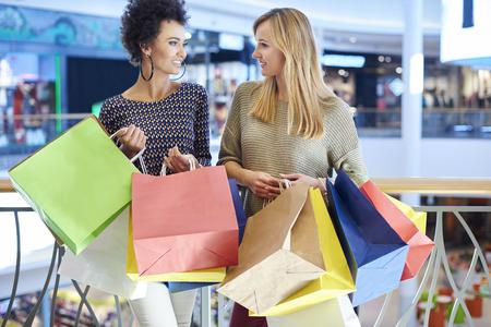 chicas de compras: Dos niñas en el centro comercial Foto de archivo