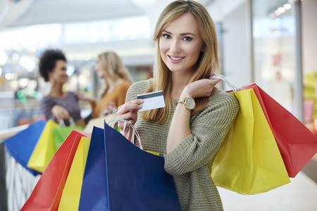 стиль жизни: Женщина с кредитной карты и полные сумки