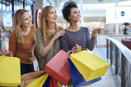 chicas de compras: chicas día en el centro comercial Foto de archivo