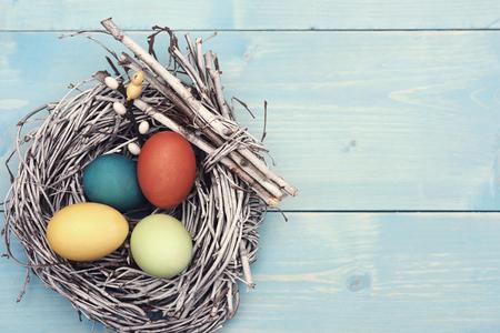 osterei: Osternest mit mehreren bunten Eiern Lizenzfreie Bilder