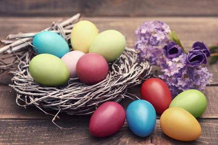 huevos de pascua: huevos hechos a mano de Pascua en el nido