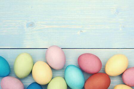 pascuas navide�as: Huevos de Pascua coloridos en la secci�n inferior Foto de archivo