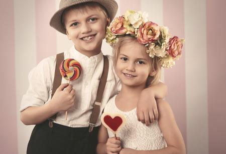 ragazza innamorata: Carino coppia di bambini in et� elementare