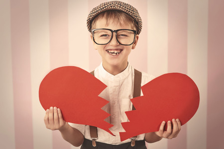corazon roto: Retrato del peque�o gal�n retro Foto de archivo