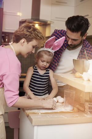 bebes ni�as: familia ocupada pero feliz en la cocina